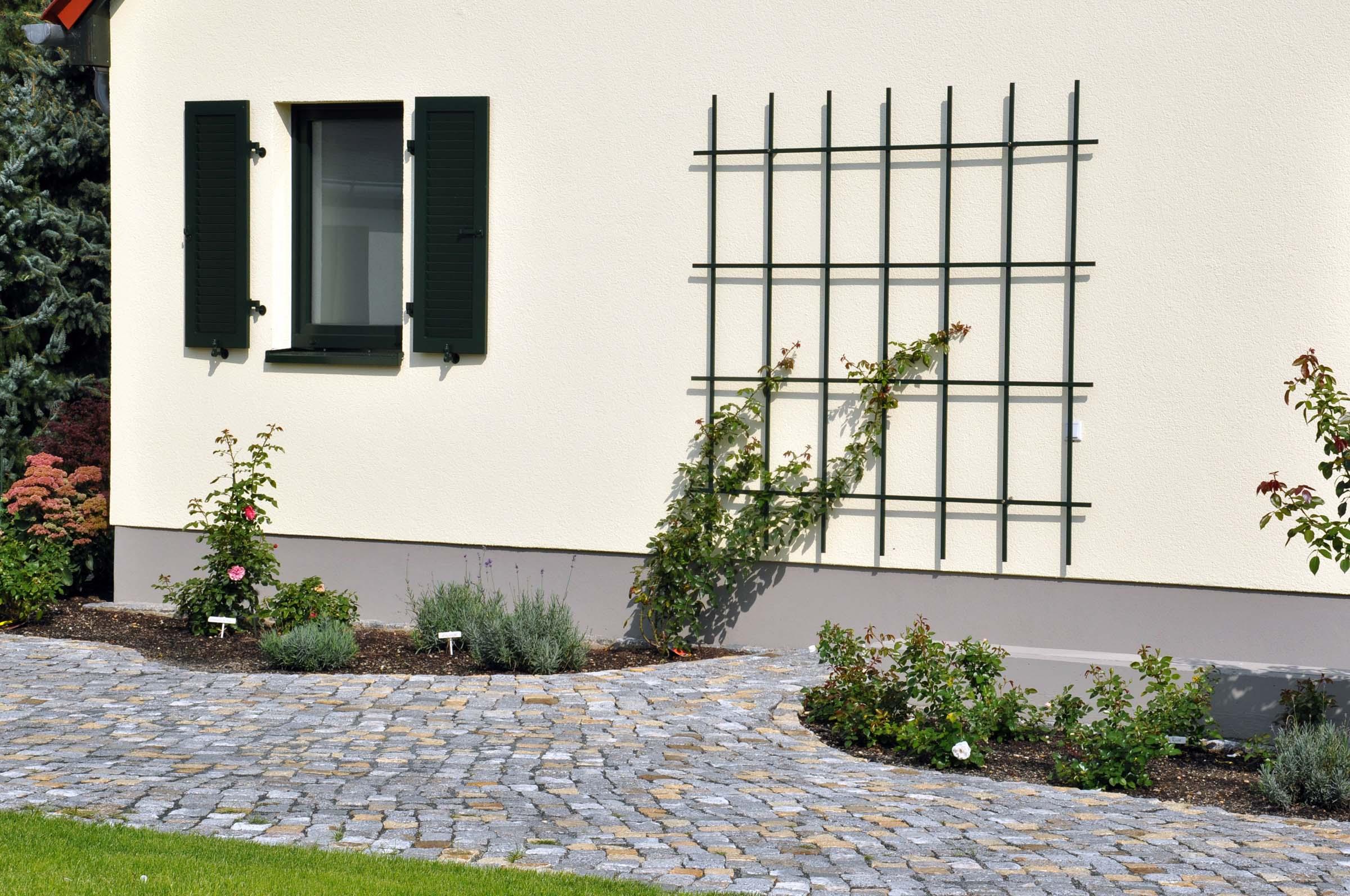 Pflanzspaliere aus Metall für die Hauswand
