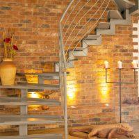 moderne Stahltreppe für Maisonettewohnung