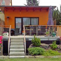 Terrasse mit Geländer zum Gartenhaus